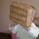 Закрыла лицо корзинкой.