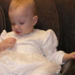 трогает бусинки на платье.