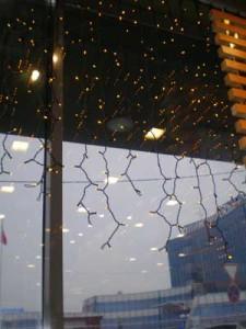 Гирлянды на окнах.