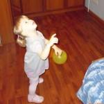 Подбросила шарик вверх.