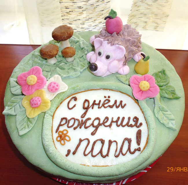 Торт покрыт мастикой.