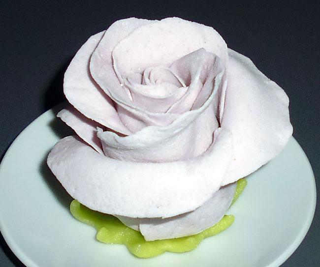Роза из мастики.