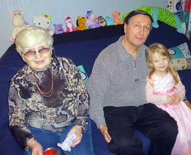 Настя с дедушкой и бабушкой.