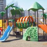 На детской площадке.