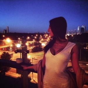 На фоне вечерней Москвы.