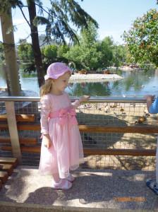 В розовом платье.