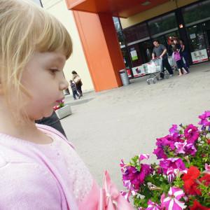 Нюхаем цветы.