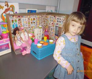 Настя и кукольный дом.
