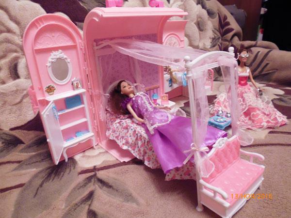 Барби на кровати.