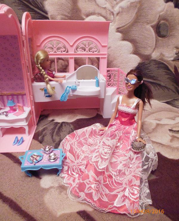 Барби в новом платье.